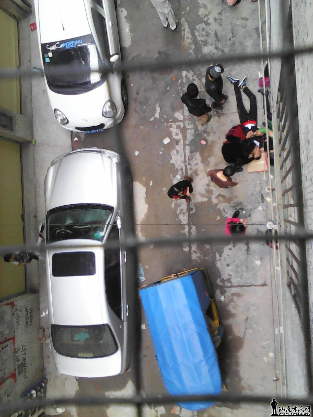 汕尾市区一司机倒车油门当刹车,撞伤自己的儿子 组图